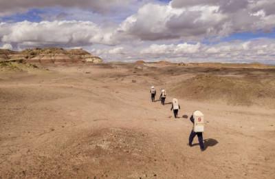 在犹他州荒无人烟的某片沙漠,现在有一群人假装在火星上生活